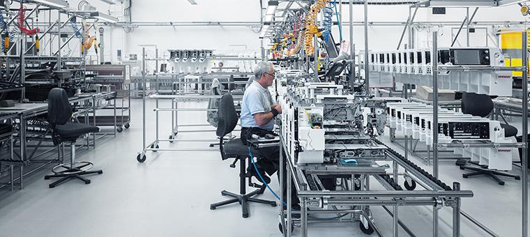 Mit Lean Management wurde die Durchlaufzeit bei der Bernina International AG um 85 Prozent reduziert.
